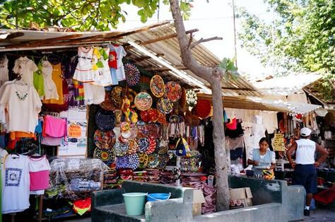 compras-_en-el-mercado-de_-artesanias-de-_zihuatanejo